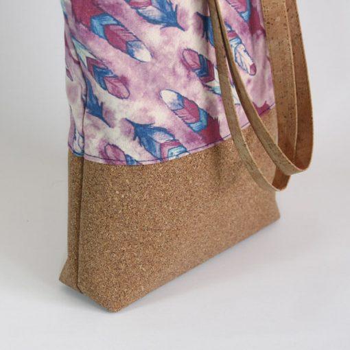 detalle de bolso de corcho con estampado
